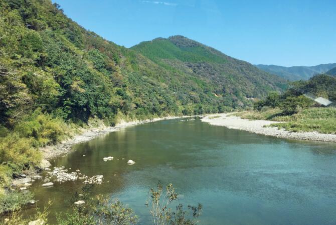 「最後の清流」とも呼ばれる自然豊かな四万十川