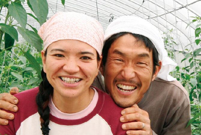 にがみ少ないパリッとピーマン生産者、沖縄県宮古島市 ブルーファーム 西川 卓治さんとおつれあいの真衣子さん