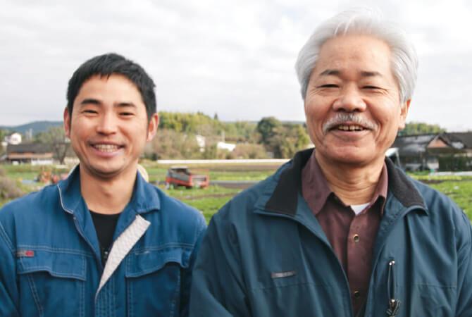 そら豆生産者、かごしま有機生産組合の代表・大和田 世志人さん(右)