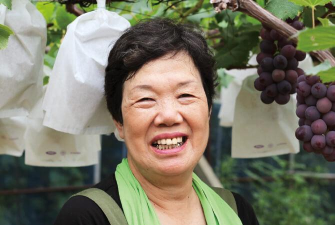 荒木さんのブラックオリンピア(種ありぶどう)生産者、石川県加賀市 荒木農園 荒木美喜子さん